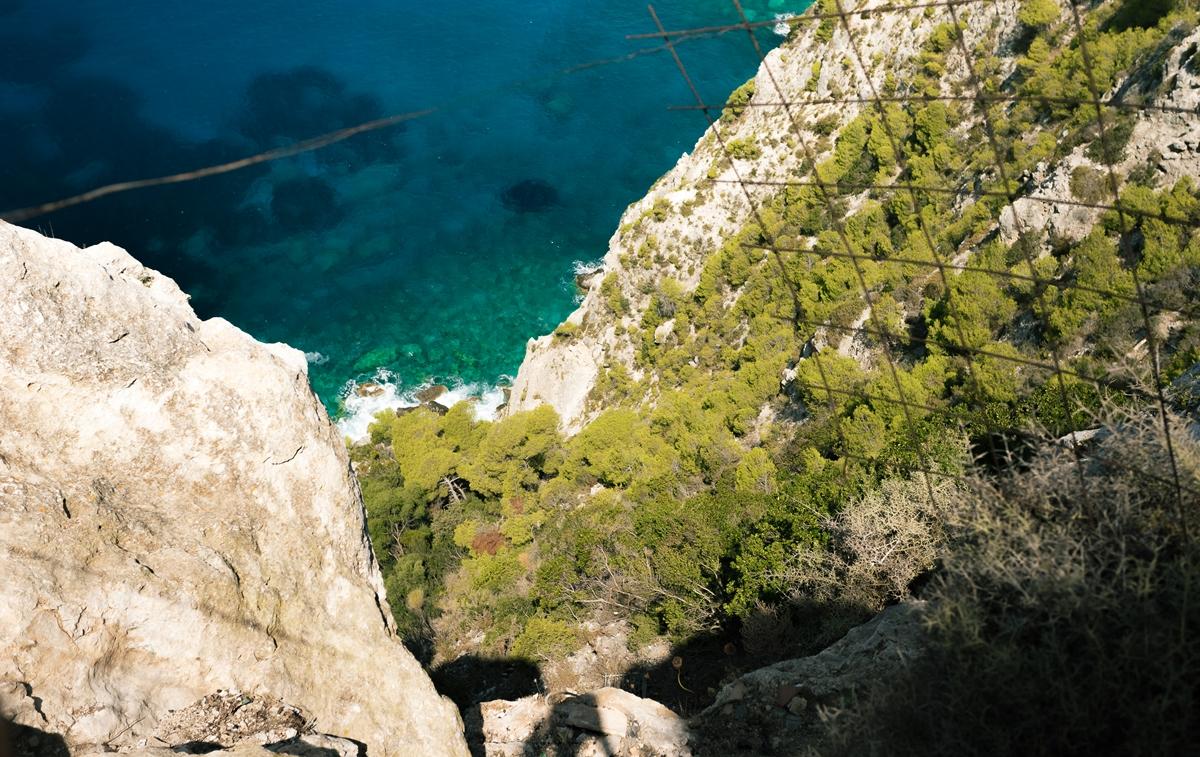 Вид вниз со скалы Кери