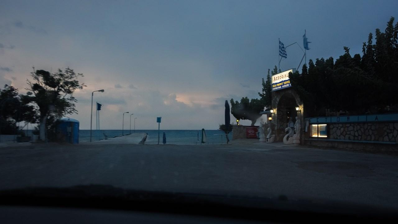 Пирс в Аликесе в непогоду