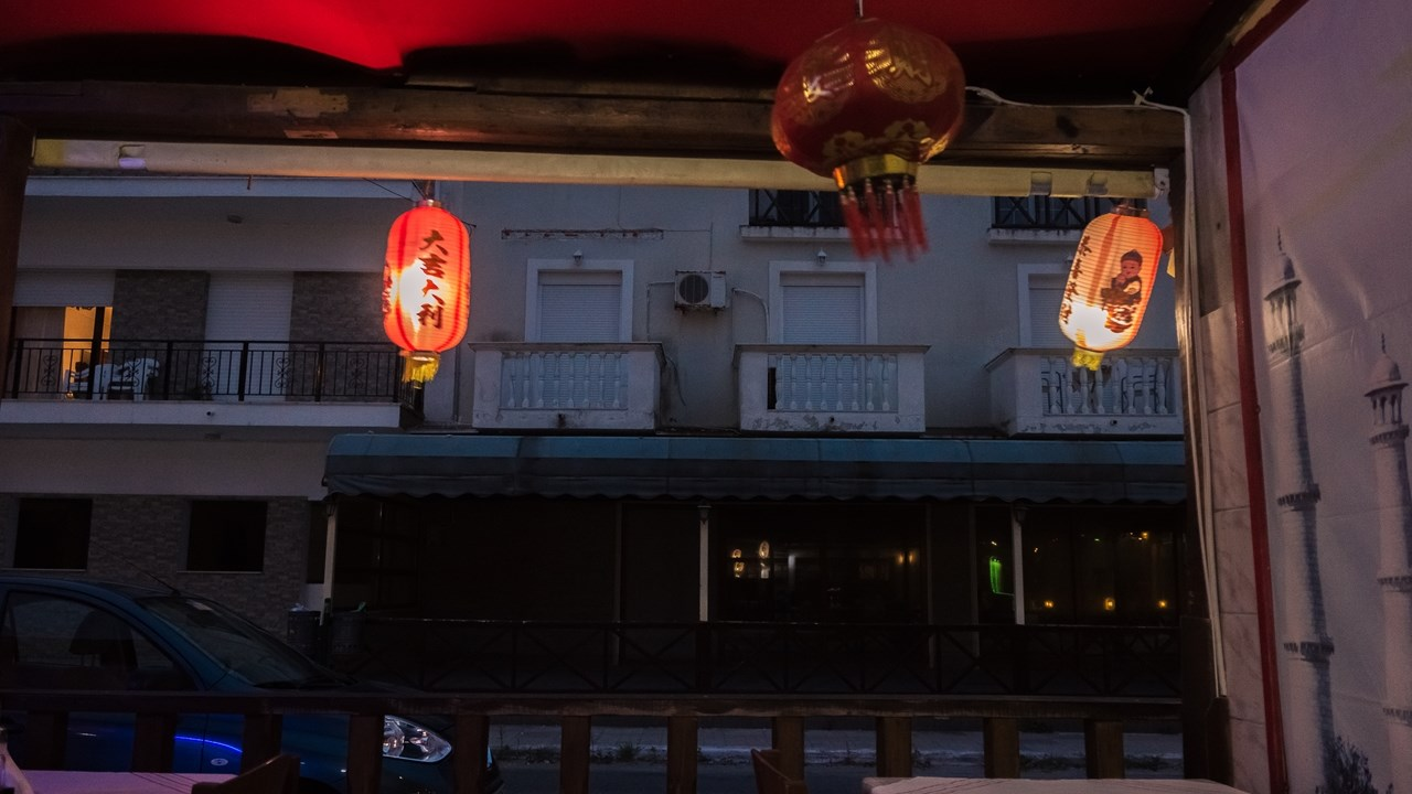 Китайские фонарики болтались на ветру