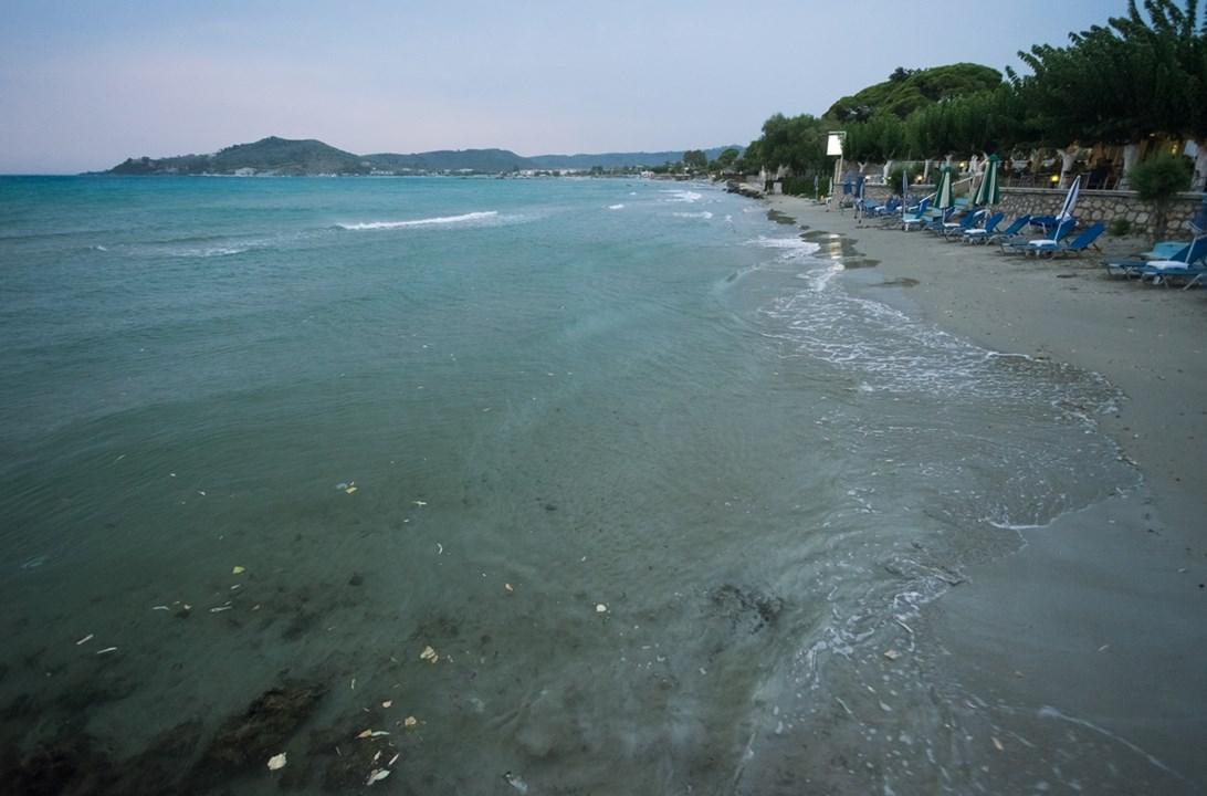 Шезлонги на пляже Аликеса