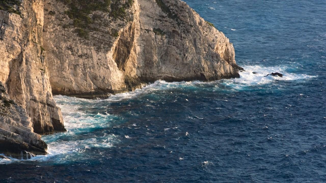 Бушующие волны Ионического моря около Навайо