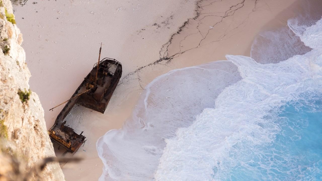 Корабль в бухте Навайо сверху кажется таким маленьким