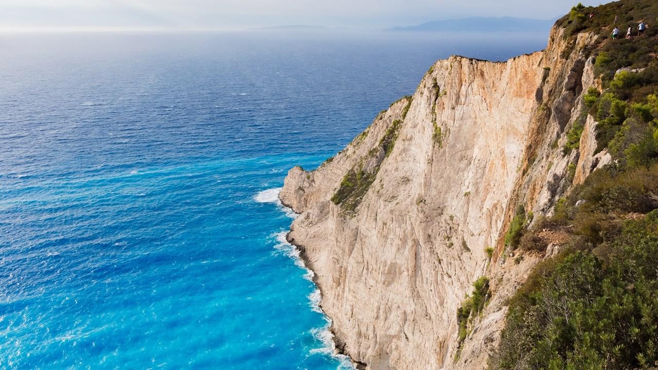 Обратите внимание на людей наверху - можно немного прочувствовать масштаб Навайо в Греции