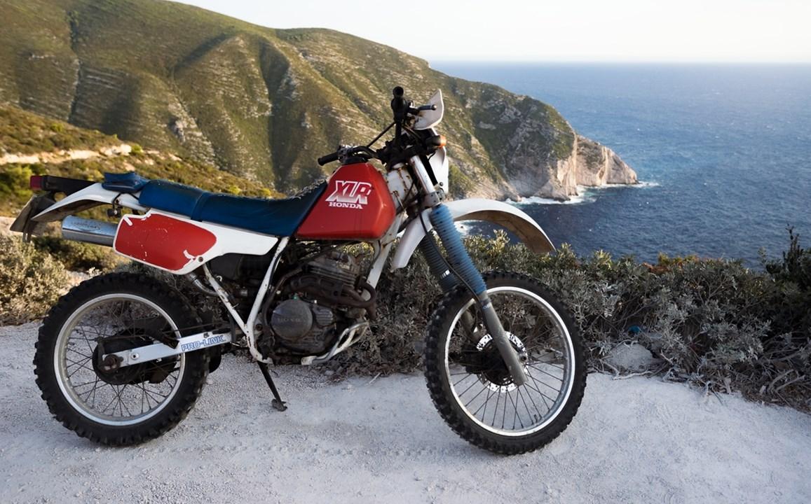 Припаркованный мотоцикл около бухты Навайо