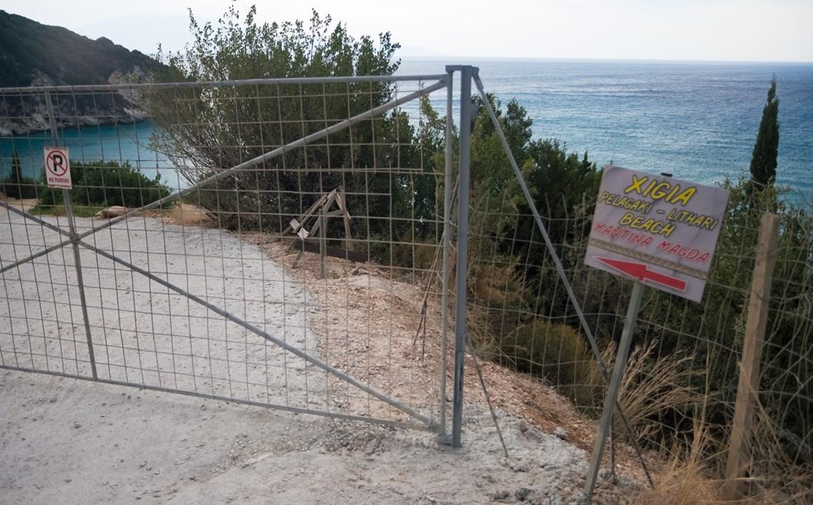 Забор на пути к пляжу Ксигия (Xigia)
