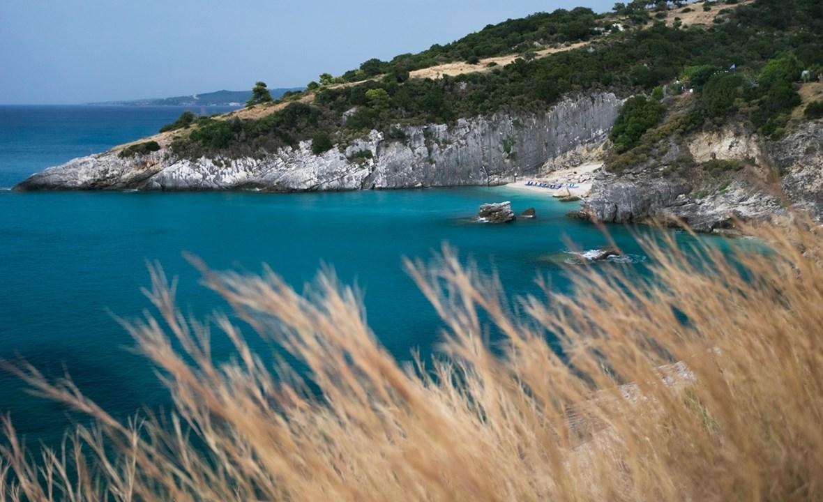 Нам виднеется пляж Макрис Гиалос (Macris Gialos)
