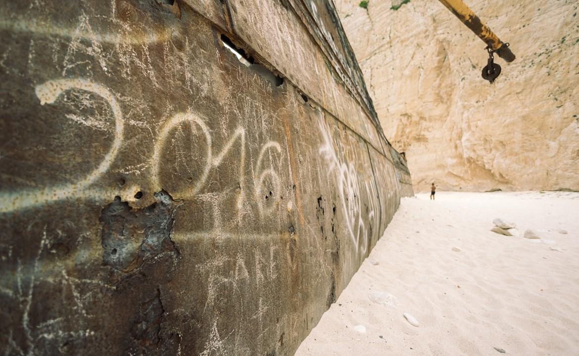 Надписи на корабле на пляже Навагио