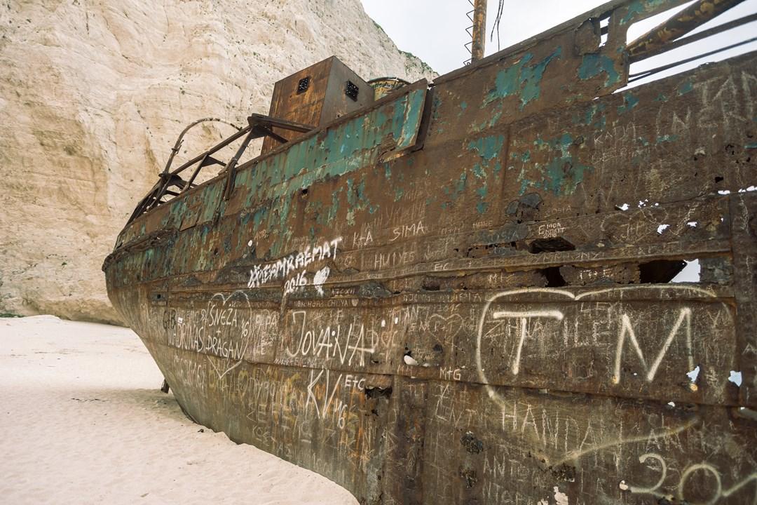 Каких только надписей нет на проржавевшем корпусе корабля в бухте Навагио!