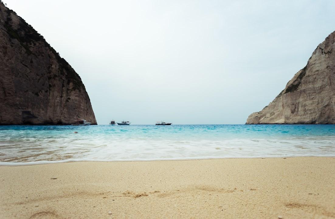 Спокойная вода на пляже Навагио