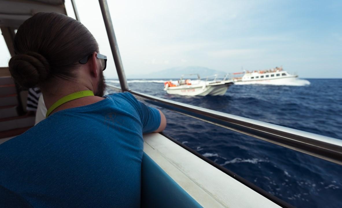 Мимо проплывают другие туристические лодки