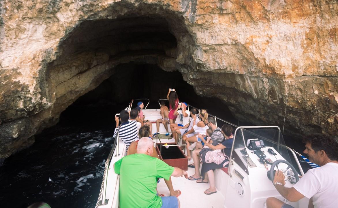 Мы поменяли лодку на маленькую и открытую для маневренности в пещерах