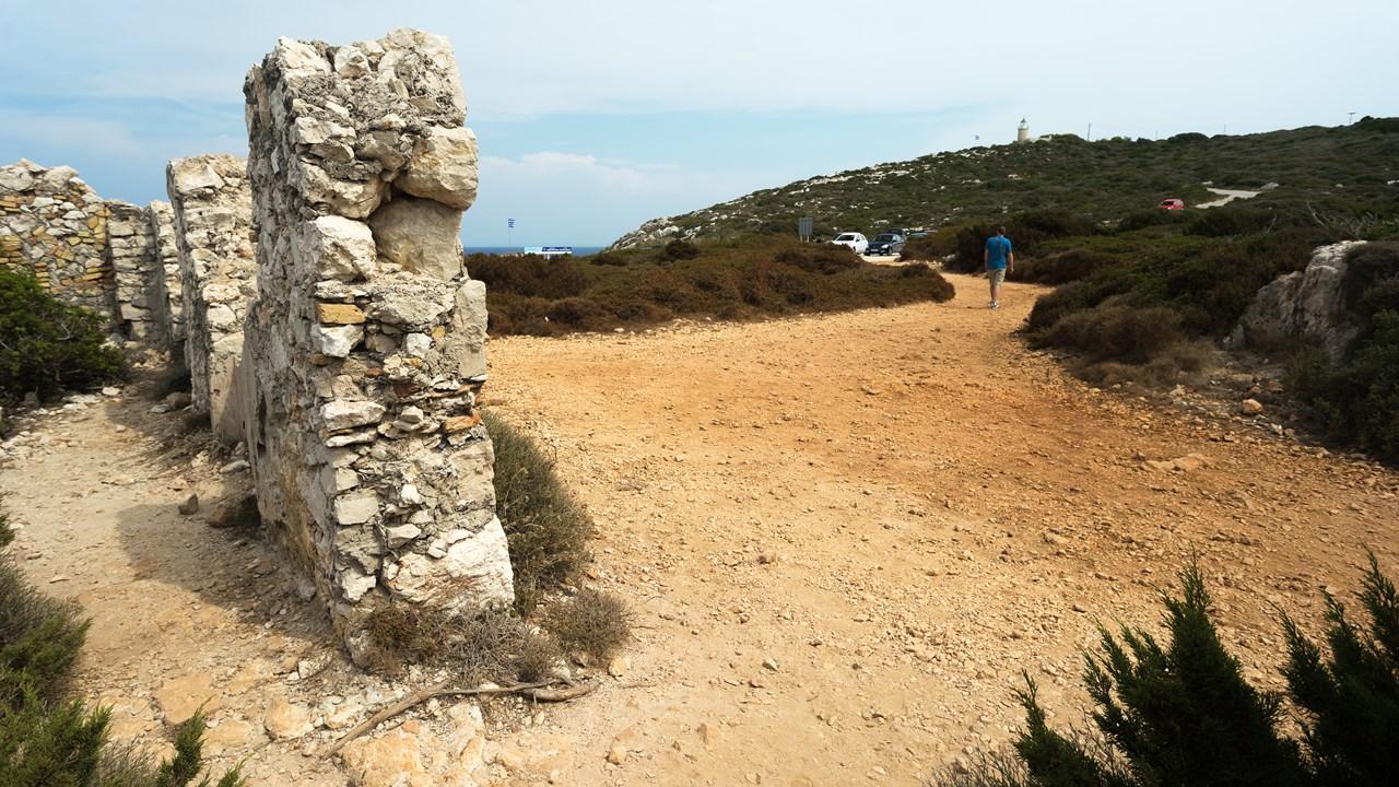 Руины и маяк Skinari вдалеке
