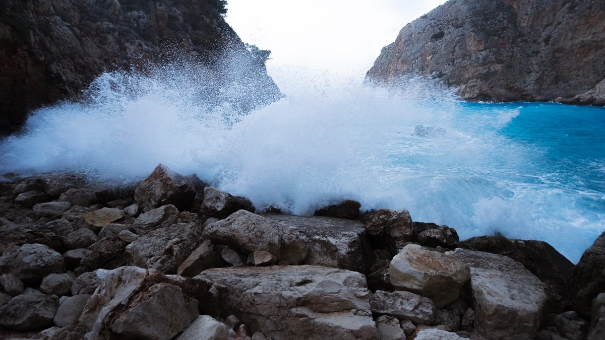 Брызги бушующих волн