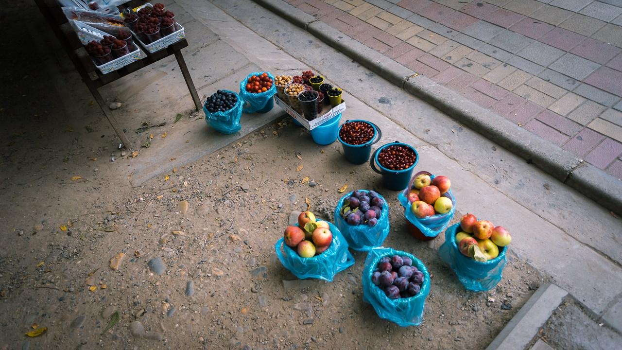 Местные сезонные ягоды и фрукты