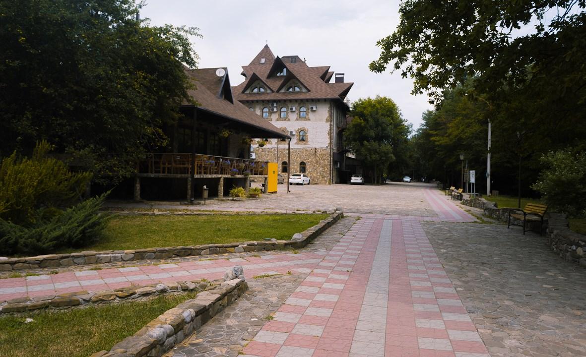 """Набережная реки и отель """"Старый замок"""""""