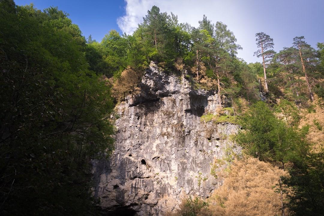 Высоченные скалы Гуамского ущелья