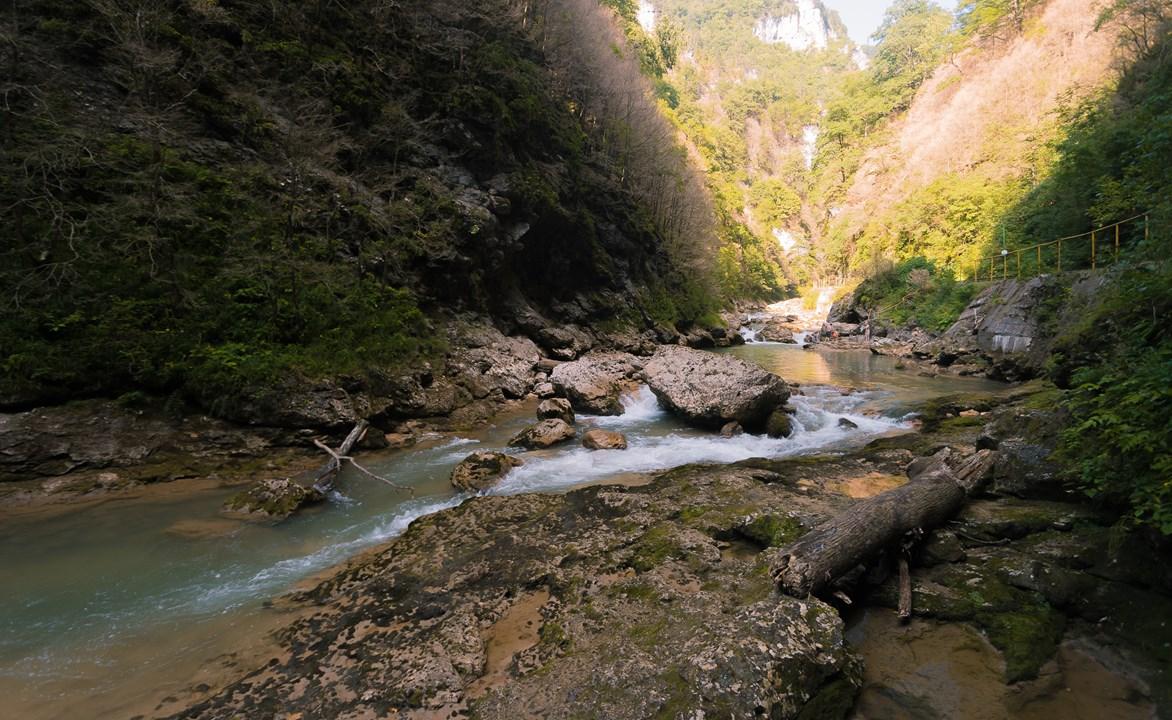 Спустились к реке Курджипс