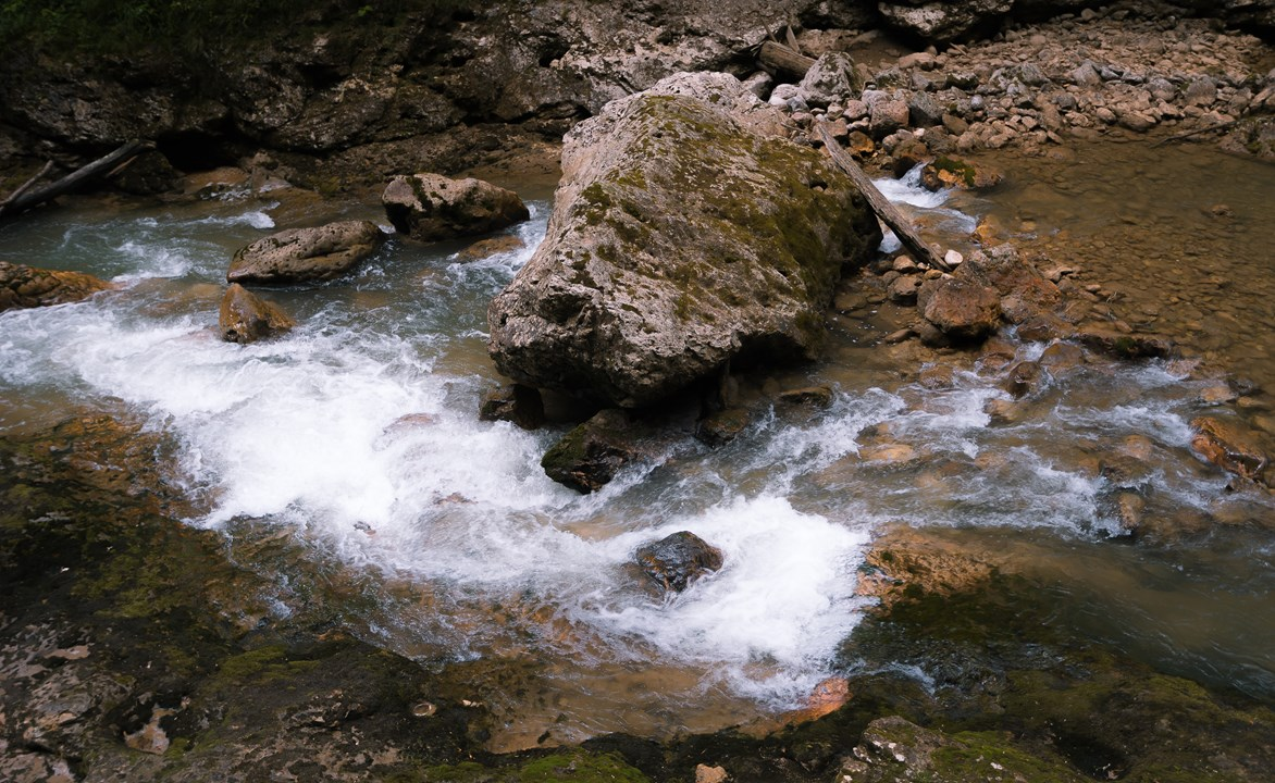 Белая пена прозрачных вод Курджипса
