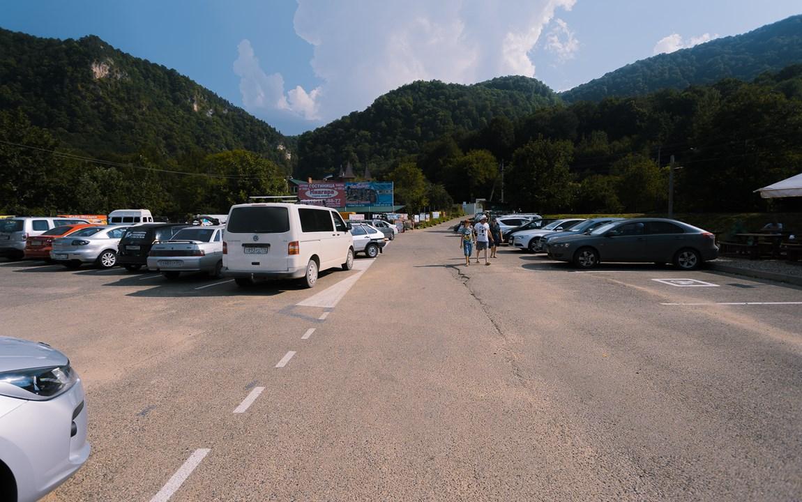 На большой парковке перед входом в ущелье