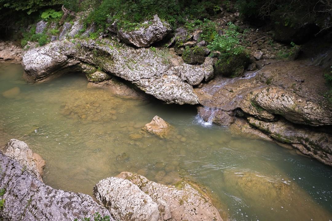 Маленький водопад, стекающий со скал Гуамского ущелья