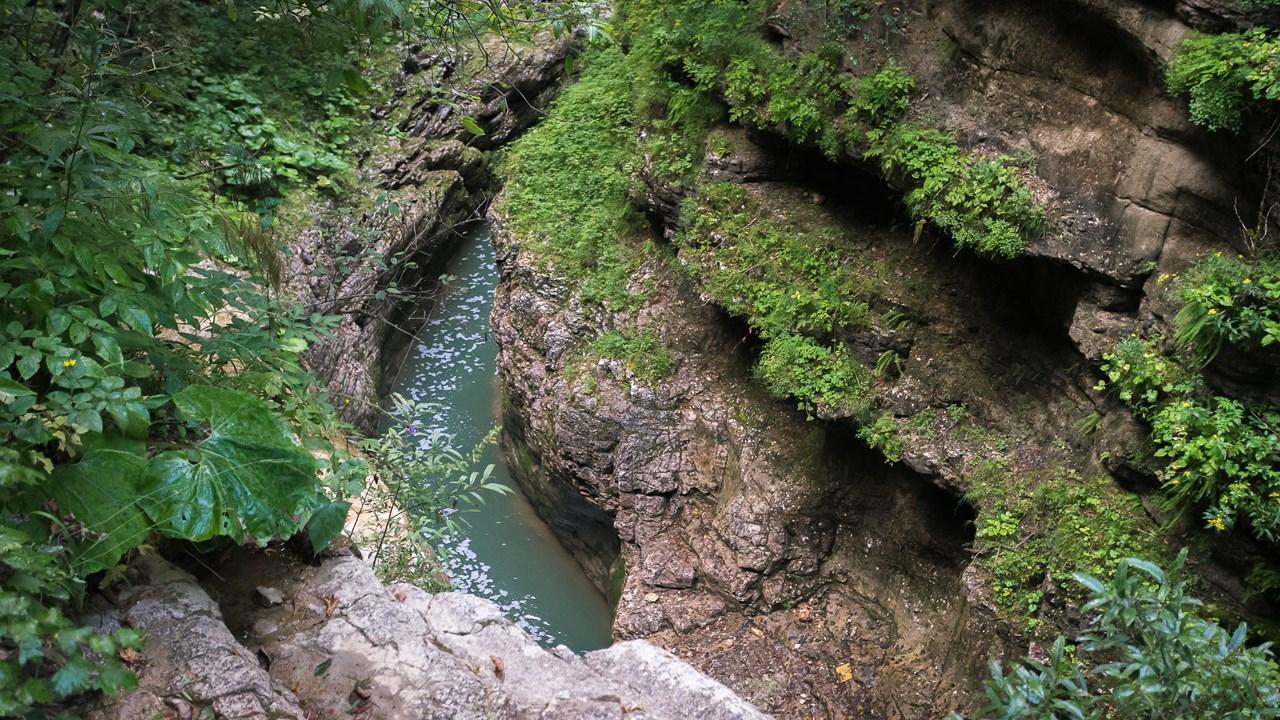В самом узком месте Гуамского ущелья расстояние между скалами составляет 2 метра