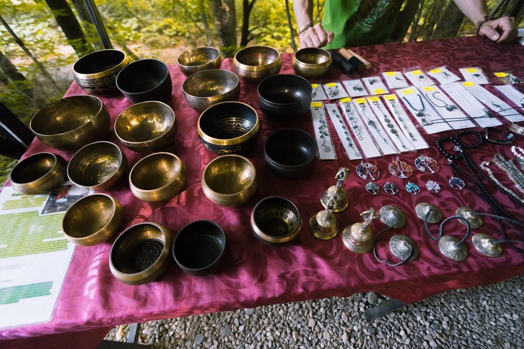 Поющие чаши и кулоны с камнями на продажу