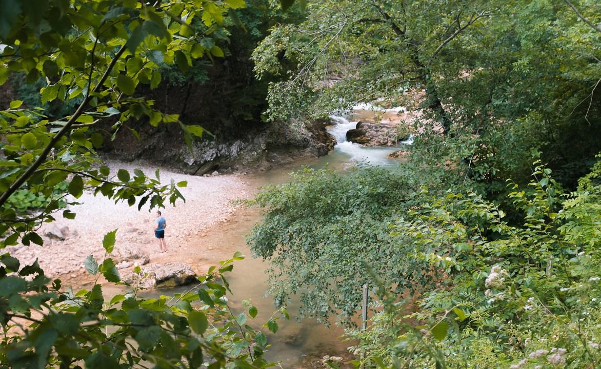 Спокойная река Курджипс в начале Гуамского ущелья