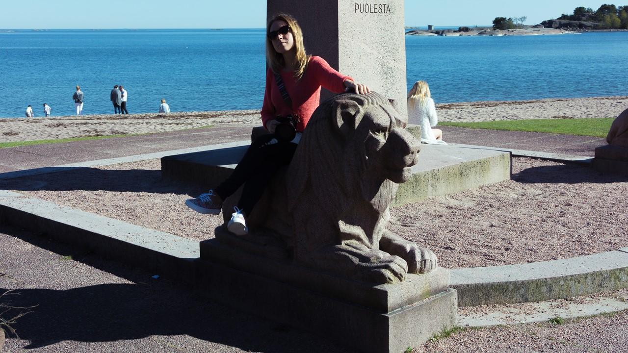 Я восседаю на льве около памятника на военную тематику