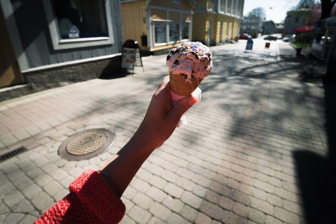 Купили вкусное мороженое и продолжили проулку по Расеборгу