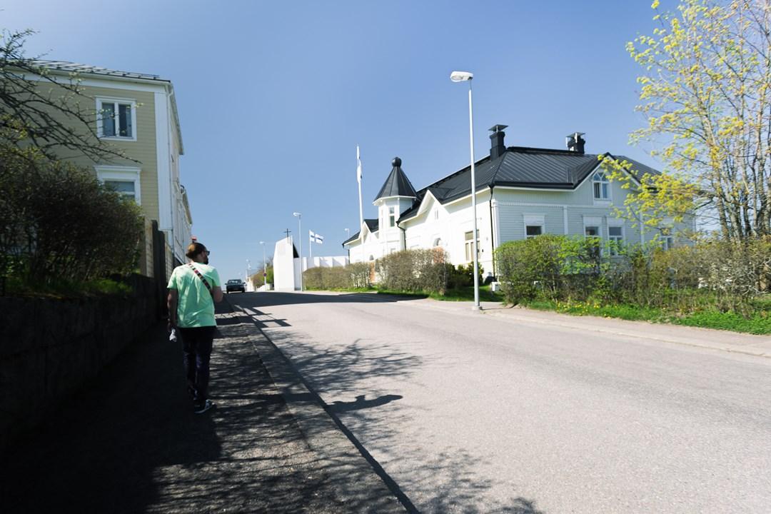 Здание финской администрации с башенкой и флагами