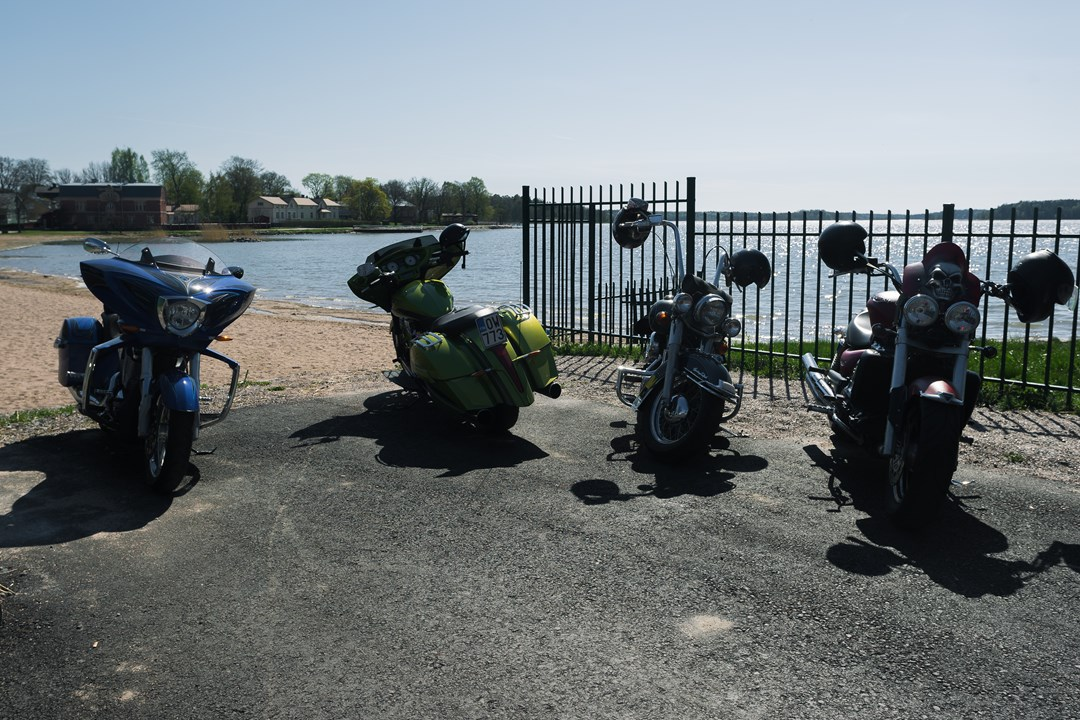 Припаркованные байки у пляжа в Экенэсе