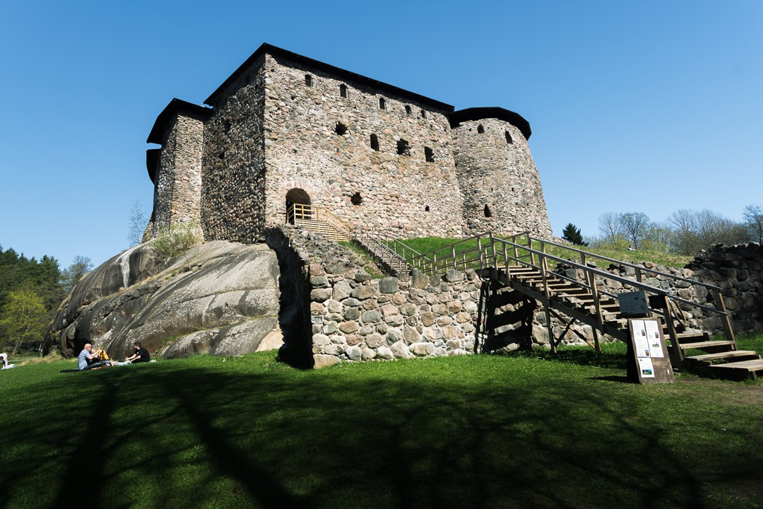 Раньше замок был окружен водами Финского залива