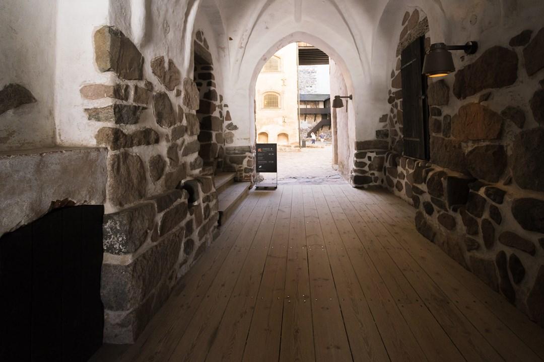 Замок построен из настоящего камня, пережившего 600 лет своей истории