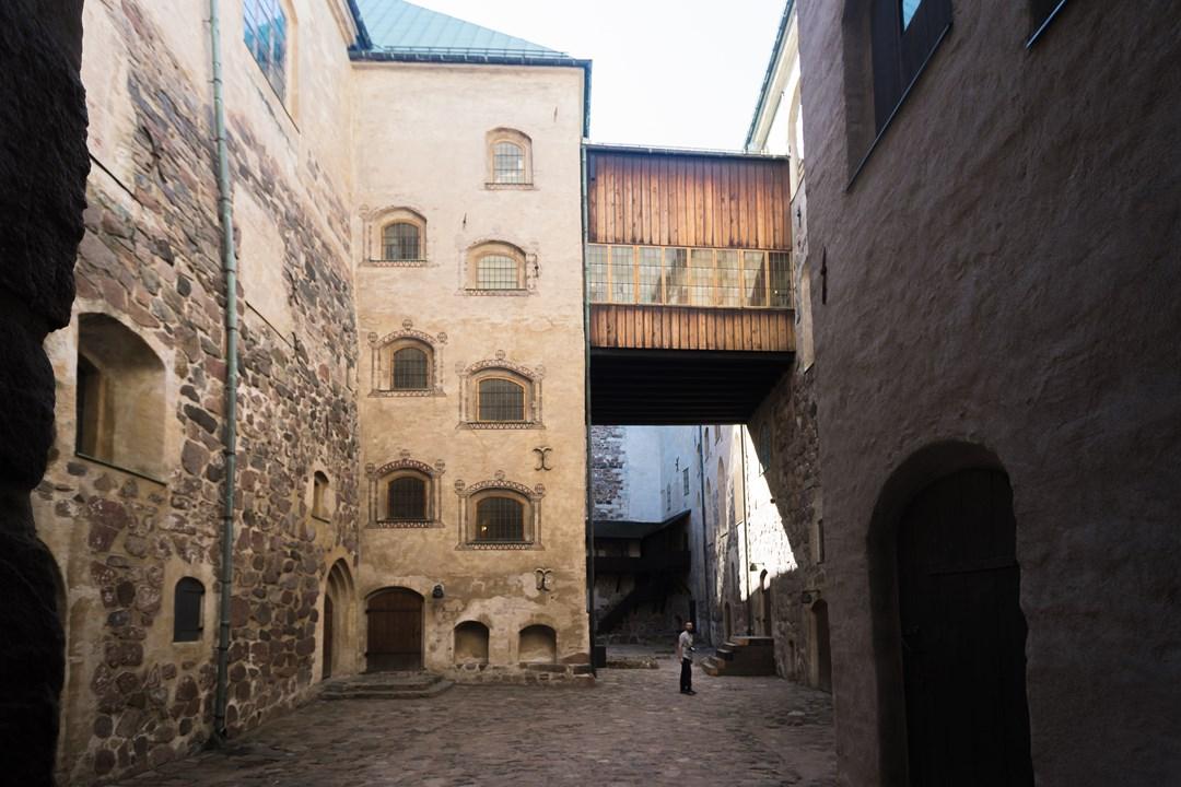 Здесь ощущаешь себя в средневековье - мощёная камнем дорога, высокие стены замка, переходы между его корпусами
