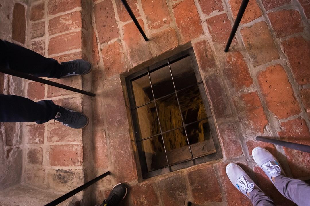 Интересно, много ли людей томилось в этой тюремной камере много лет назад?