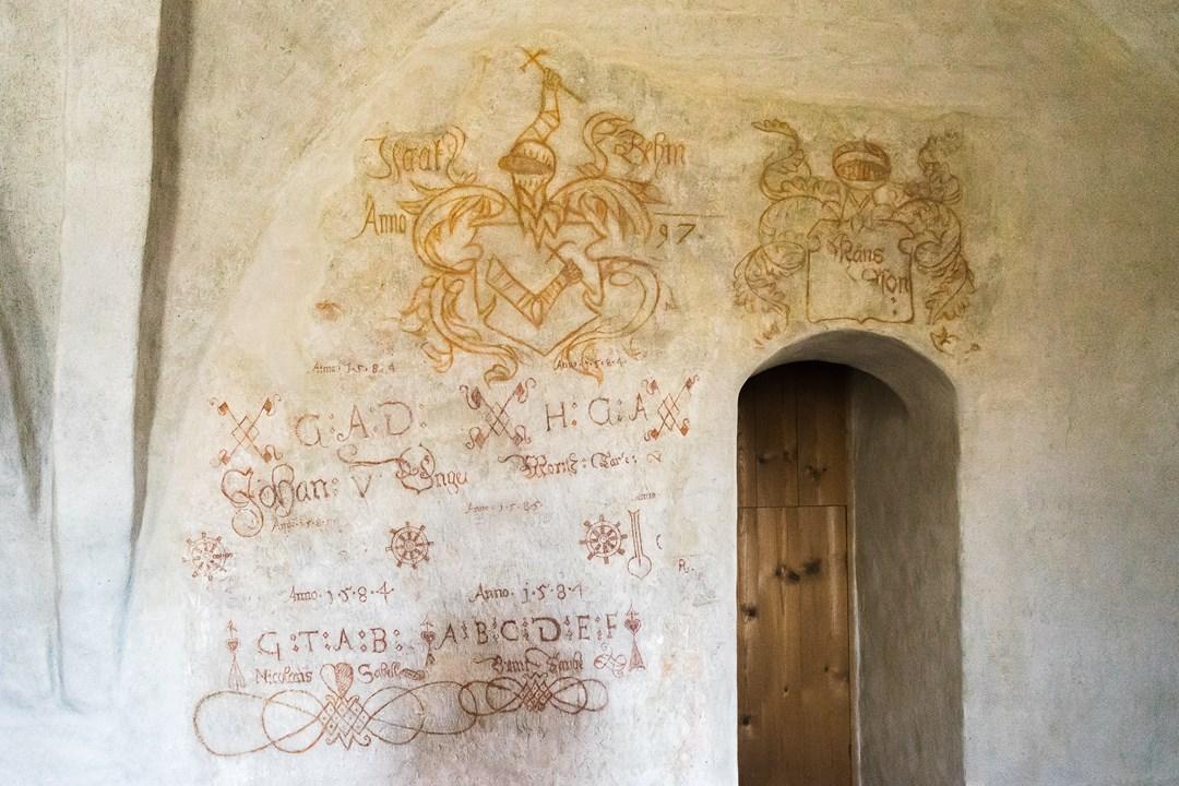 Древние надписи на стенах Абоского замка