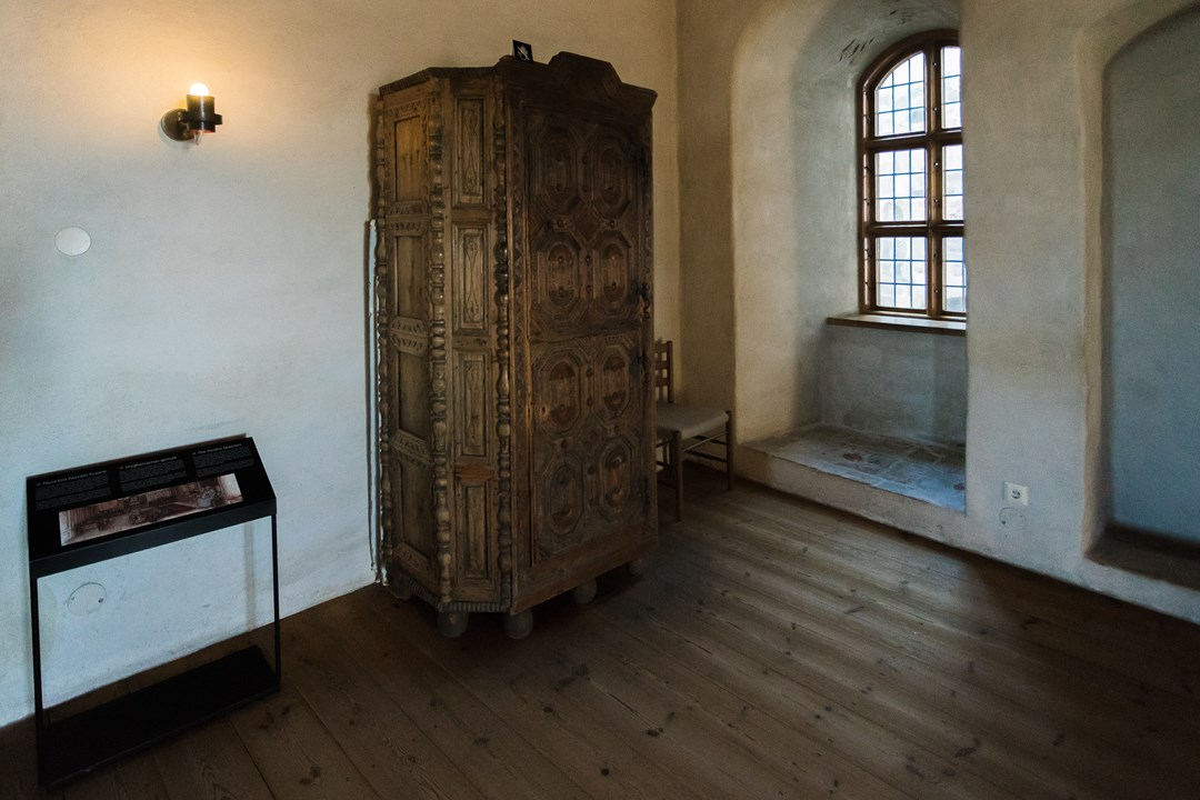 Внутри можно обнаружить множество залов с большой экспозицией старинных предметов обихода разных времен