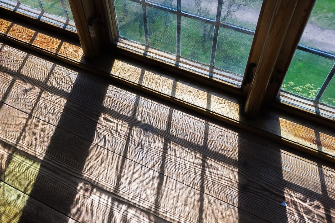 Стекло, используемое в окнах замка, толстое и рельефное