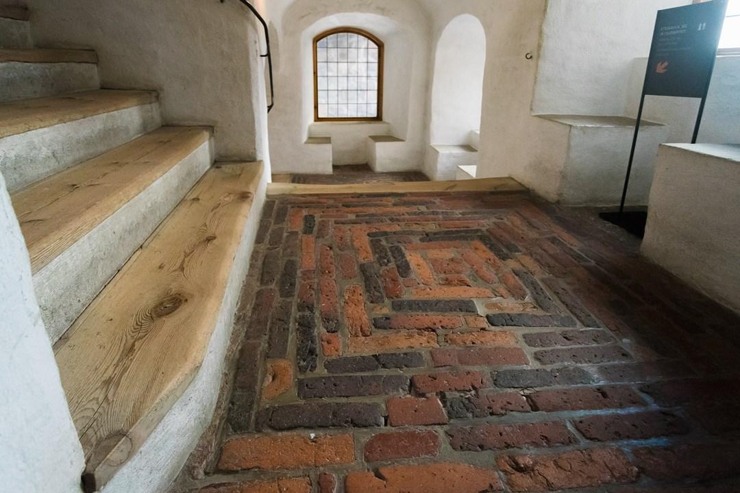 В Абоском замке трудно потеряться - везде расположены стенды с направлением пути