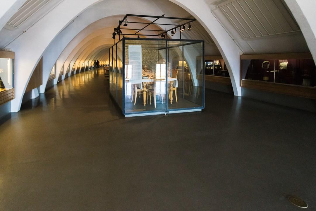 В зале Переднего замка находится музейная коллекция средневековой одежды, обуви, украшений, мебели и посуды разных эпох