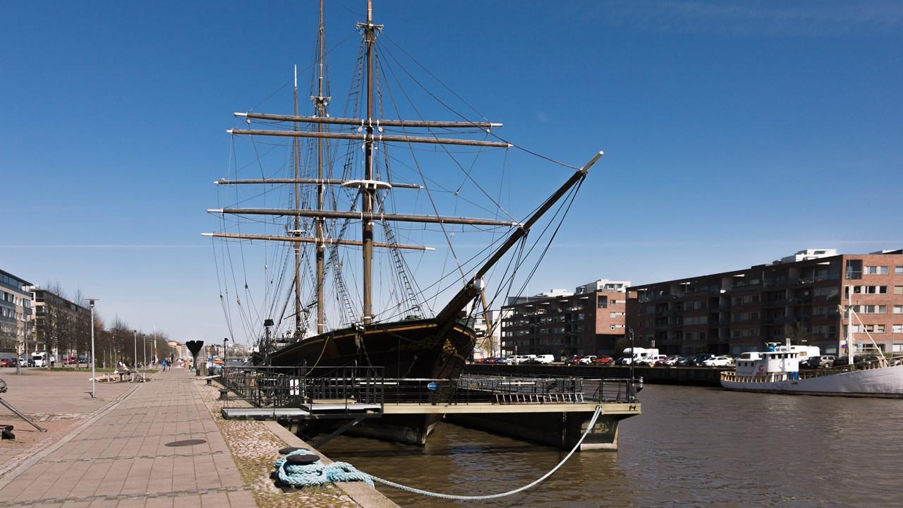 Красивый корабль на набережной Турку