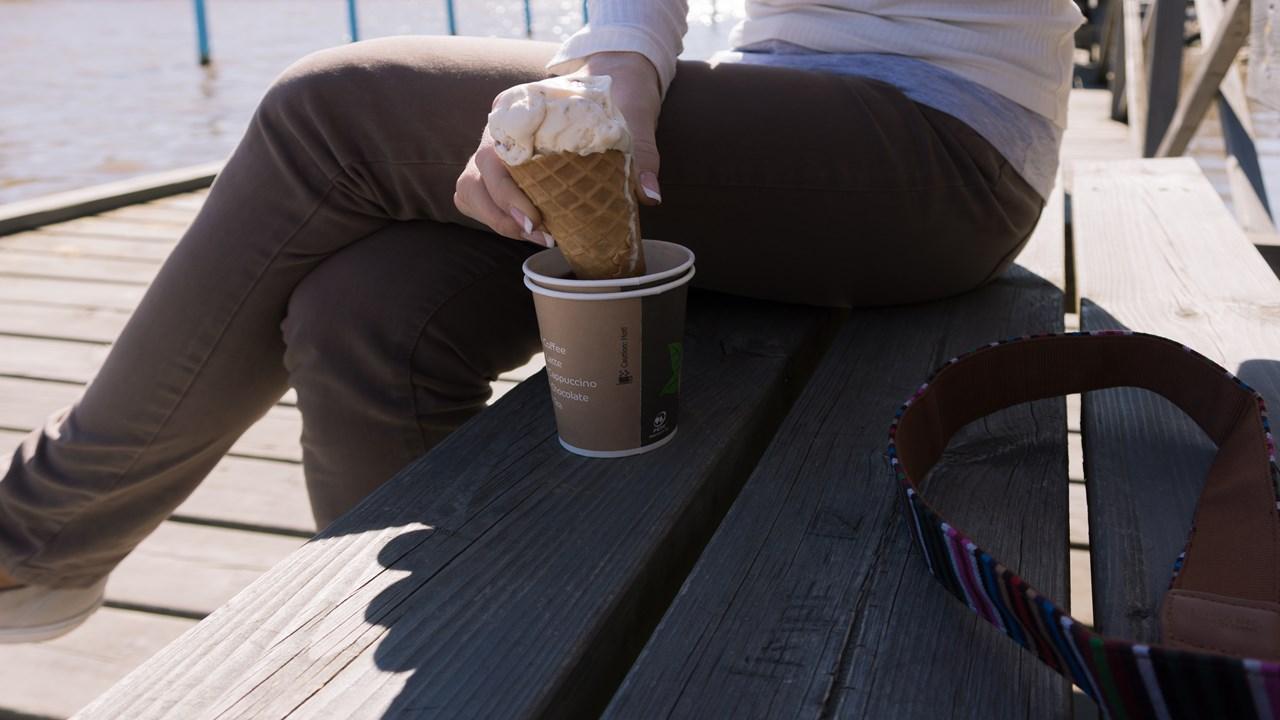 Горячее кофе и холодное мороженое