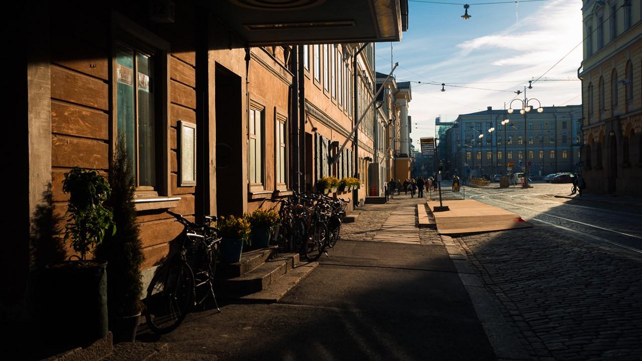 Ресторанчик в центре Хельсинки в закатном свете