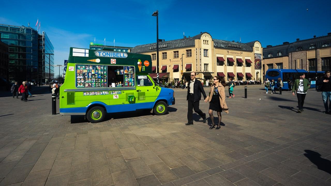 Веселая машинка с мороженым на площади перед Центральным вокзалом