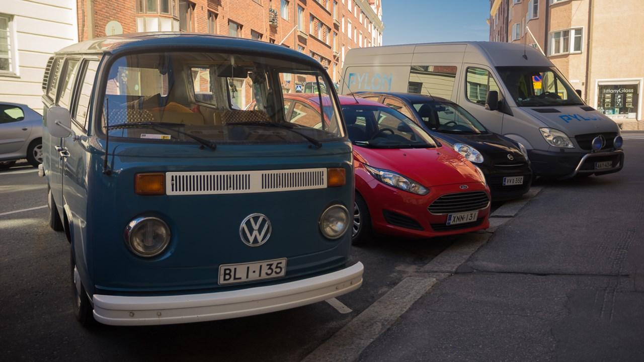 Парковка разномастных автомобилей в центре Хельсинки