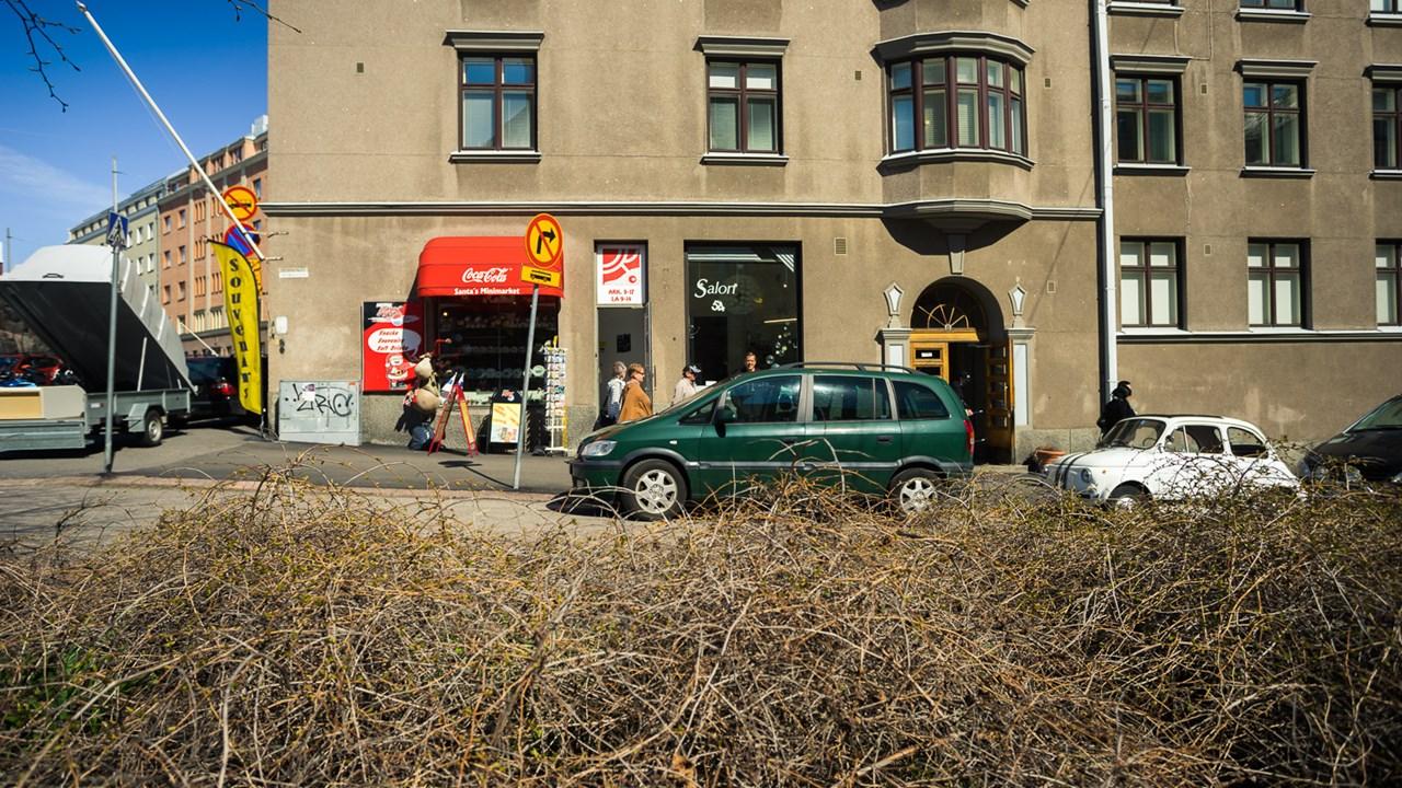 Сувенирный магазин около каменной церкви, в котором наливают бесплатный кофе