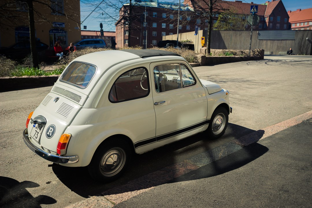 Раритетная машинка в сквере перед церковью Хельсинки