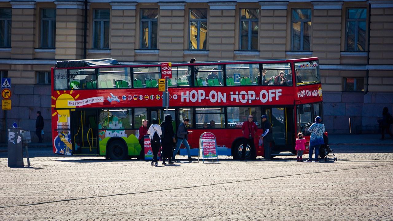 Около площади останавливается традиционный двухэтажный туристический автобус Hop-on Hop-off