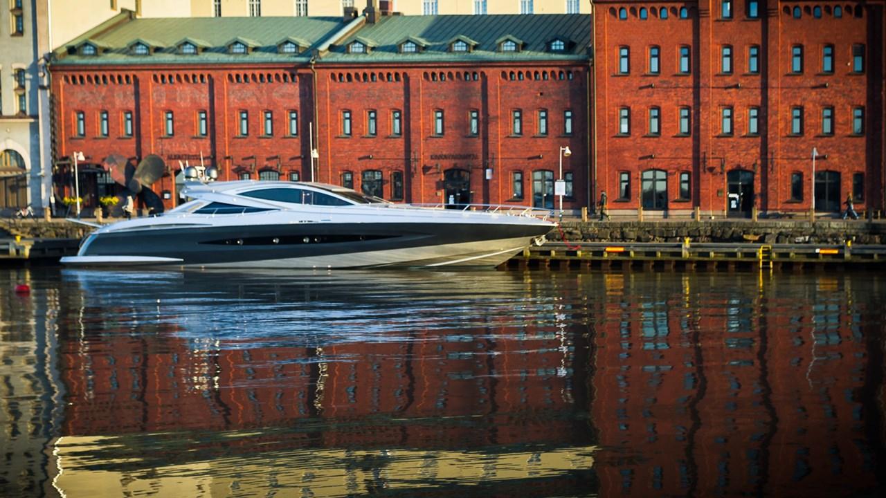 Шикарная лодка перед Успенским собором