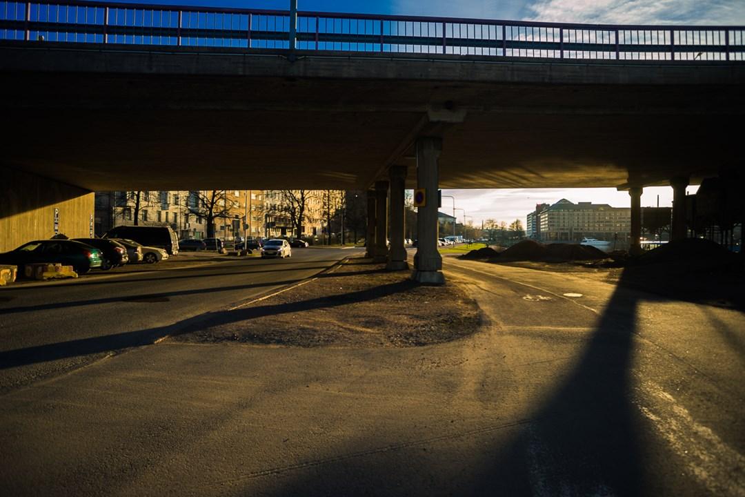 Одна из бесплатных парковок на 24 часа под мостом в центре Хельсинки